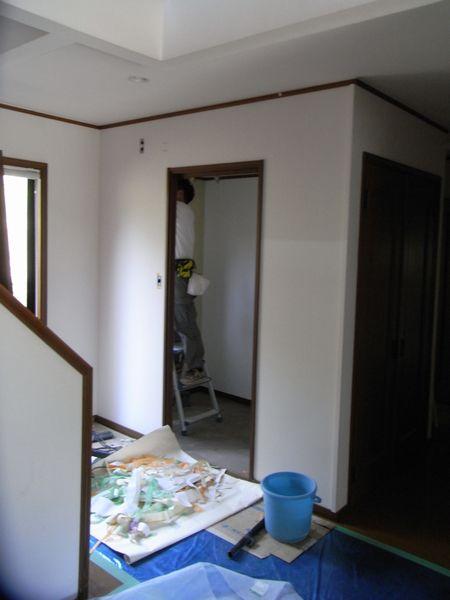 空気を洗う壁紙施工中