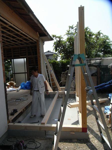 土台敷きと柱建て